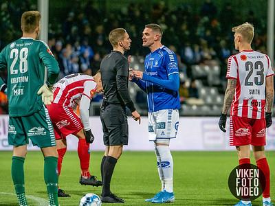 Sarpsborg 08s Kyle Lafferty diskuterer med Espen Andreas Eskås i kampen mellom Sarpsborg 08 og Tromsø. Foto: Thomas Andersen