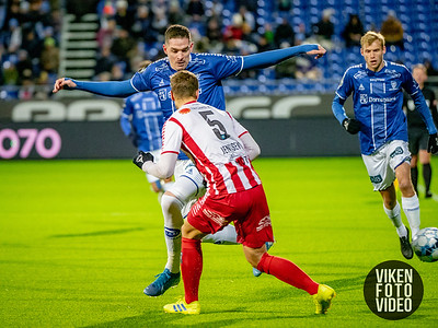 Sarpsborg 08s Kyle Lafferty i duell med Tromsøs Anders Jenssen i kampen mellom Sarpsborg 08 og Tromsø. Foto: Thomas Andersen