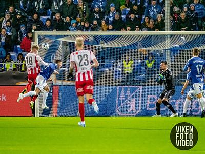 Sarpsborg 08s Magnar Ødegaard klarer ikke stoppe Tromsøs Onni Valakari i å sette inn 1-0 i kampen mellom Sarpsborg 08 og Tromsø. Foto: Thomas Andersen