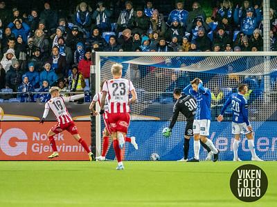 Tromsøs Onni Valakari setter inn 1-0 bak Sarpsborg 08s keeper Alexandre Letellier i kampen mellom Sarpsborg 08 og Tromsø. Foto: Thomas Andersen