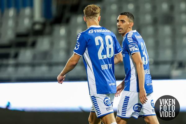 Sarpsborg 08s Mustafa Abdellaoue gratuleres av Sarpsborg 08s Alexander Ruud Tveter i kampen mellom Sarpsborg 08 og Mjøndalen. Foto: Thomas Andersen.