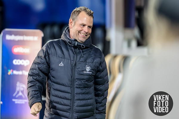 Sarpsborg 08s trener Mikael Stahre i kampen mellom Sarpsborg 08 og Mjøndalen. Foto: Thomas Andersen.