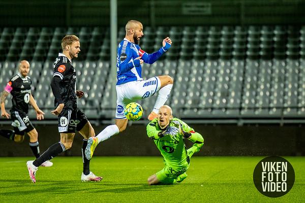 Sarpsborg 08s Guillermo Molins prøver å overliste Rosenborgs keeper André Hansen i kampen mellom Sarpsborg 08 og Rosenborg. Foto: Thomas Andersen