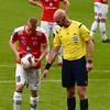 Domare Stefan Johannesson pekar var bollen skall ligga. #10 Tobias Eriksson