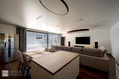 Obyvacia izba s barrisolovym stropom a LOOPom E