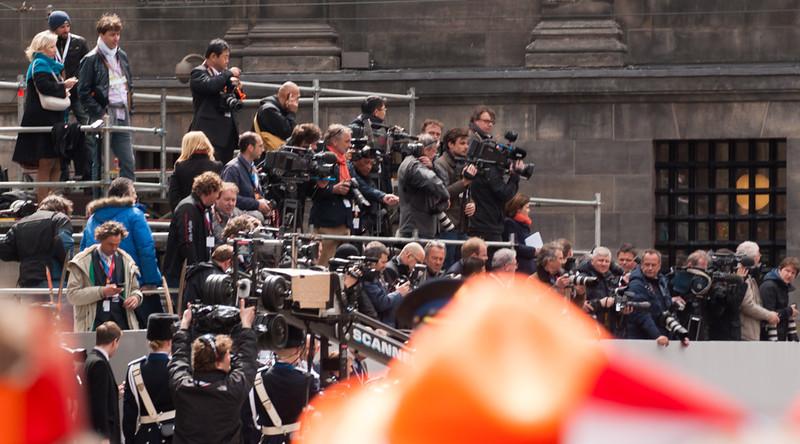 Internationale pers bij ingang Nieuwe Kerk