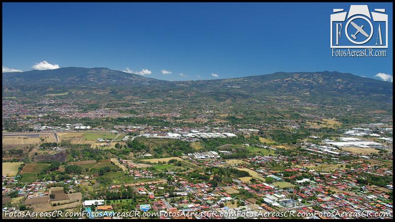 Volcan Poás (izq) y Volcán Barva, como se ven desde Belén.