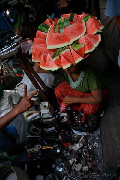 Yangon, Mjanmar (2008) - Vsepovsod prisotna ponudba. Tudi na delovnem mestu.