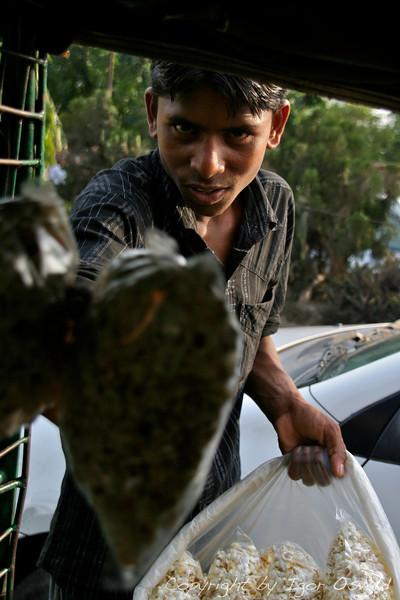 Dhaka, Bangladeš (2008) - Kokice za krajšanje časa med zastojem v prometu.