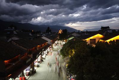Dali, Yunnan, Kitajska (2010) - Nevihtni oblaki nad tradicionalno Kitajsko.