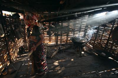 Akha vas ob mjanmarski meji, Laos (2010) - Čudovita preprostost bambusovih koč. Ste si kdaj predstavljali, da bi si lahko hišo zgradili v treh dneh? Z materialom iz sosednje hoste?
