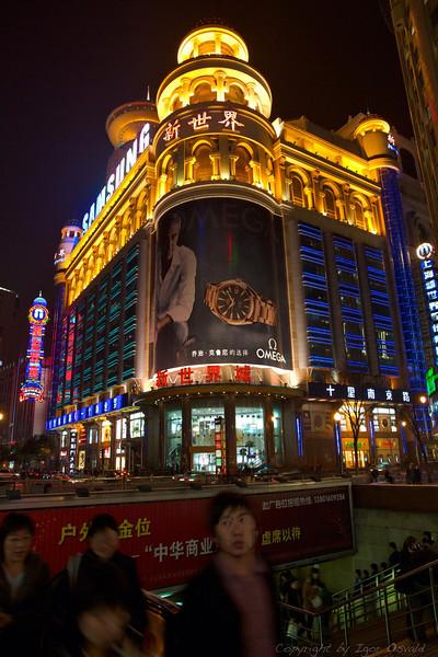 Šanghaj, Kitajska (2011) - Smer gibanja kitajskih zaslužka željnih množic je samo ena - vzhod. Kot je ena sama smer kitajskega razvoja - zahod.