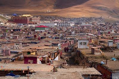 Yachen, Kham, Tibet/Kitajska (2011) - Meniško naselje, ki je zraslo okoli samostana in se širi z nezadržno hitrostjo. Improvizirane stavbe rastejo kot gobe in so sestavljene iz vseh možnih materialov, ki so pač pri roki tako daleč od civilizacije. Majhne utice na strehah so namenjene za meditacijo. Oblasti tujcev ne vidijo rade v takšnih krajih.