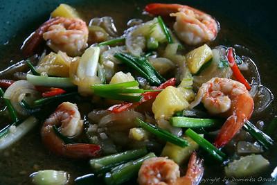 Koh Lanta, Tajska (2006) - Škampi v sladko-kisli omaki. Lepota oddaljenih dežel je tudi v tem, da imajo kakšnih proizvodov tako v izobilju, kot imamo pri nas krompirja in zelja. Tako si lahko za ničelno ceno daš duška s stvarmi, za katere bi pri nas ob slabi kvaliteti plačeval visoke cene.