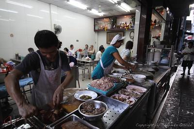 Bangkok, Tajska (2010) - Tajski higienski standard, tako ljudi kot kuhinj, je bil bistveno višji kot v okoliških državah. Kar pa ima tudi negativno stran, saj začneš eksperimentirati s stvarmi, ki bi se jih drugje na daleč izognil. Tajske bolnice so bile na srečo vrhunske.