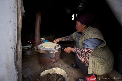 Tes Tör, Kirgizija (2011) - Sveže spečen ploščati kruh za zajtrk v višavah kirgiških hribov. Ker ni drugega kuriva se uporablja posušeno jakovo blato.
