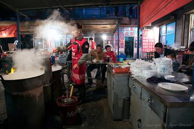 Zhongwei, Ningxia, Kitajska (2011) - Ulična prehrana na Kitajskem ni predstavljala nobenega problema za prebavila, saj se vse prekuha ali scvre v vročem olju. Na temperaturah primernih za varjenje.
