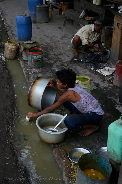 Kolkata, Indija (2008) - Pomivalec posode. V Kolkati nisva jedla na ulici.