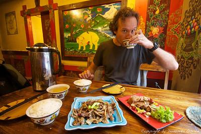 Kangding, Kham, Tibet/Kitajska (2010) - Tibetanske specialitete so se večkrat izkazale za greha vredne. Hladen jakov jezik in neke čudne gobe.