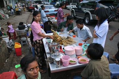 Yangon, Mjanmar (2008) - Čas za kosilo. Drobovina na palčkah. Greva v drugo ulico.
