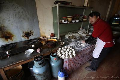 Kangding, Kham, Tibet/Kitajska (2010) - Bao-tse SiFu. Zajtrkovalnica z mesom polnjenimi dušenimi cmočki, ki predstavljajo tipičen kitajski zajtrk. Namakajo se v omako, ki je kombinacija sojine omake, mletega čilija in temnega kisa. Ker jih seveda držiš s palčkami, se rado zgodi, da ti padejo v omako in odbrizgnejo vzorec na tekstil. Novega uporabnika palčk tako hitro prepoznaš po neželjenih flekih na majici.
