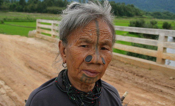 Ziro, Arunachal Pradesh, Indija (2008) - Plemena v Arunachalu živijo večinoma še po svojem plemenskem pravu. Da lahko indijska oblast v Assamu sploh vrši kakršnokoli sodno kontrolo nad temi območji, je morala najprej kodificirati plemensko pravo vsakega posameznega plemena. Še vedno ji to ni uspelo za vsa plemena, saj do nekaterih sploh ni mogoče priti.