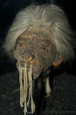 """Ekvador (2009) - Sovražnikom odrezane glave so amazonski indijanci s posebnim postopkom skrčili na velikost pesti. Usta pa zašili, da """"duh"""" ne bi pobegnil."""
