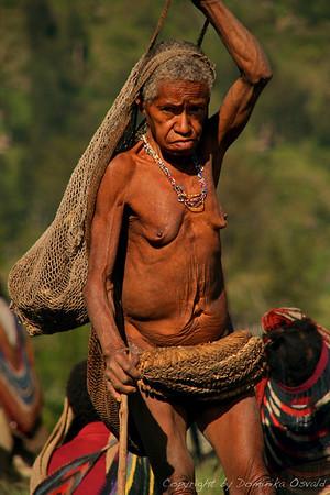 """Angguruk, Zahodna Papua (Irian Jaya), Indonezija (2007) - Če so nalulčniki klasika pri moških, so te naravne """"kiklce"""" že stoletja nepogrešljive v damski garderobi."""