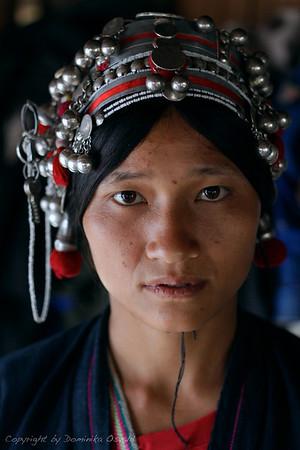 Akha vas pri burmanski meji, Laos (2010) - Cingljajoči zvončki in srebrniki jo bodo izdali že od daleč.