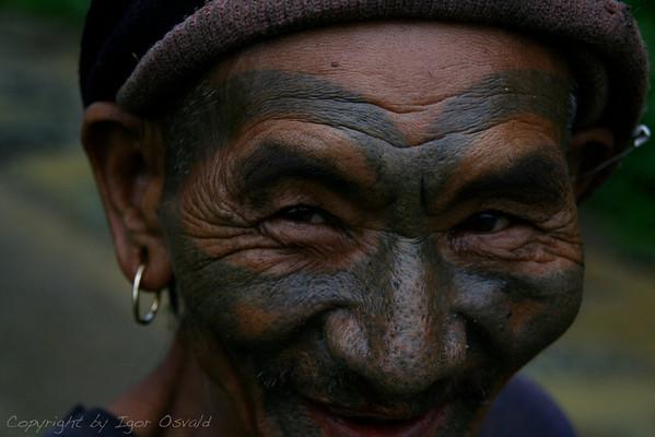 Mon, Nagaland, Indija (2008) - Posebne telesne dekoracije na indijsko-burmanski meji. Severo-vzhodna obmejna provinca nekdanje Britanske Indije (NEFA) nikoli ni bila pod nadzorom centralnih (zunanjih) oblasti. Enako velja tudi danes.