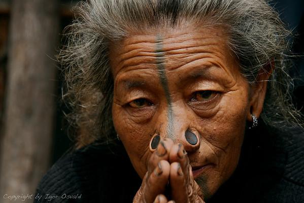 Ziro, Arunachal Pradesh, Indija (2008) - Pogled preteklosti skozi oči sedanjosti.