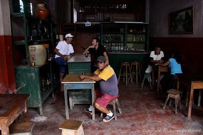 Iquitos, Peru (2009) - Gostilna ob tržnici, kjer si za kozarček lahko izvedel vse džungelske podrobnosti. In bolj ko se je pilo, daljša je postajala tista največja anakonda ter napadalnejši tisti šušupi - kača, ki ti bojda kar sledi in odtrga meso, če te ugrizne.