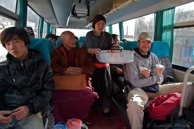 Tongren, Qinghai, Kitajska (2011) - V državah v razvoju skoraj celotno prebivalstvo še vedno potuje z javnim transportom. Razdalje so dolge, potnikov dosti. Posledično se dosti ljudi preživlja s prodajo hrane, tako da si na poti redko lačen.