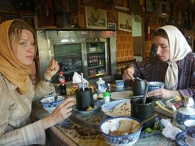 Esfahan, Iran (2005) - Slovenski Micki po zadnji iranski modi pri malicanju mastnega gušta - iranske specialitete. Slovenskih popotnikov sva na poti srečala kar precej. Iz preostale ex-Juge pa le enega Hrvata na shoppingu v Bangkoku, enega Bosanca na uzbekistanski meji in eno Srbkinjo v Tibetu. A ta je preklinjala za vse Slovence skupaj.