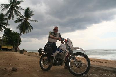 Baucau, Vzhodni Timor (2007) - V Vzhodnem Timorju so bili marsikateri kraji z javnim transportom nedostopni. Zato sva si od nekega Avstralca izposodila to staro Yamaho, ki naju je popeljala po tej čudoviti, a ranjeni, polovici otoka. Čeprav je spila skoraj liter olja na dan, je zdržala vse napore strmih vzponov po timorskih rovtah.