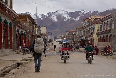 Manigango, Kham, Tibet/Kitajska (2010) - Trije jezdeci prašne tibetanske ceste. Ni ga pravega tibetanca brez motorja. In ni ga pravega popotnika brez rugzaka.