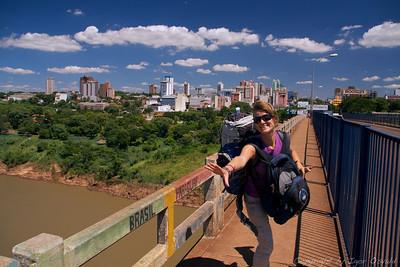 """Ciudad del Este, Paragvaj (2010) - Meja med Brazilijo in Paragvajem. Veselje v novi državi ni trajalo dolgo. Iste (visoke) cene za bistveno nižji standard in Dominikin padec z vso """"bojno opremo"""" so naju v eni uri pregnale nazaj v Brazilijo. """"Sta bila pa hitra"""", je bil presenečen carinik. No, v drugo sva v Paragvaju vztrajala dlje."""