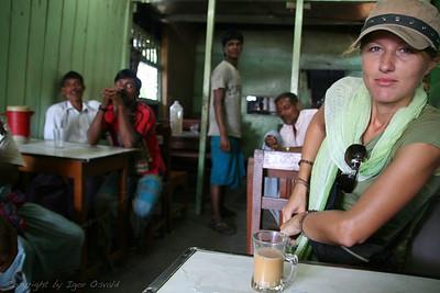 Rangamati, Bangladeš (2008) - Skodelica čaja za dobro jutro. Nato pa celodnevna ofenziva radovednežev. Ver ju from? Slavakija? Čekoslavenija? Jugoslavakija? Soviet Union? Is dis kantri in Amerika? No? How no?