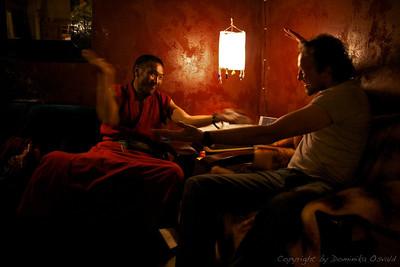 """Tagong, Kham, Tibet/Kitajska (2010) - S tibetanskim lamo v """"najinem"""" kafeju prakticirava meniško debatiranje."""