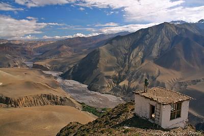 """Mustang Valley, Nepal (2008) - Midva sva v prvi vrsti popotnika in šele potem fotografa. V prvem planu je tako vedno """"doživeti"""" in šele potem """"poslikati"""". A ko se ponudi razgled, kot je ta na dolino Mustang v smeri Tibeta, plezava tudi na strehe."""