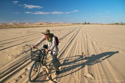 Siwa Oaza, Egipt (2011) - Raziskovanje s kolesom okoli Siwe se kaj hitro konča v puščavi. V katerokoli smer. Oaza blizu libijske meje je tudi oaza drugačnih ljudi znotraj Egipta. Glede na dejstvo, da sta me (Igorja) do zdaj le dve državi - Indija in Egipt - pripravili do tega, da sem ob odhodu bil trdno prepričan, da se tja pa res več nikoli ne vrnem (a si seveda že čez tri mesece premislil), je bila Siwa v Egiptu zame vredna zlata.