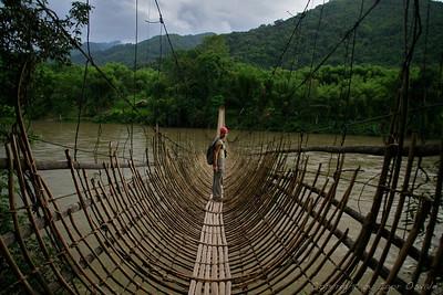 """Paia, Arunachal Pradesh, Indija (2008) - Viseči mostovi so postali najina ljubezen že v Pakistanu. Ta iz bambusa v Arunachalu je bil sicer nižji, a precej bolj """"nihajen""""."""