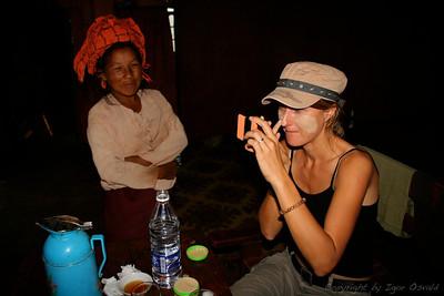 Okoli Kalawa, Mjanmar (2008) - Tanaka je lesni sok, ki si ga ženske in otroci v Mjanmaru nanašajo na lica za zaščito pred soncem in nego obraza. Za prst debelo lesno korenino rahlo navlažijo in drgnejo po kamnu, da se naredi lepa rjava krema.