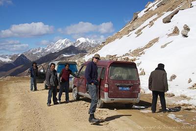 Na poti v Dege, Kham, Tibet/Kitajska (2010) - Čar potovanja z javnim transportom je v tem, da si v nenehnem stiku z domačini in njihovim načinom življenja. Slabost pa, da je ta stik zelo zelo tesen, saj se v vsako vozilo vedno nabaše toliko ljudi in tovora, da ni prostora več niti za iglo. Dolge noge tukaj niso ravno prednost.