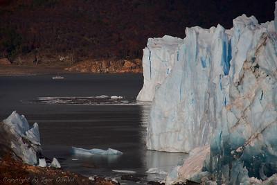 Perito Moreno, Argentina (2010) - Edini ledenik na svetu, ki se ne krči, temveč raste. Zaradi obsežnih padavin, ki se vsujejo, ko se pacifiške zračne mase dvignejo čez Ande. Ladja levo zgoraj je videti kot mravlja v primerjavi z debelino ledenika.