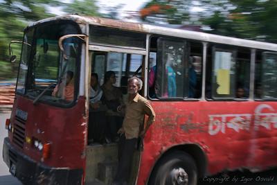 Dhaka, Bangladeš (2008) - Hm, kdo je tu šofer? Bagladeškim avtobusnim šoferjem (ponavadi starim kakšnih 16 let) po norenju in neumnem ravnanju na cestah ni primere nikjer na svetu. Gas do daske in vsi v škarje, kjer je le možno. Na cestah polnih živine, vozov, biciklistov, invalidov, otrok in lukenj. Verjetno najbolj nevarna stvar na celi poti.