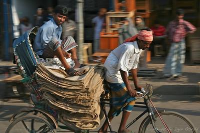 Dhaka, Bangladeš (2008)- Rikšarji niso proti avtobusom po prometni hierarhiji vredni nič. Če ga malo butne, ga pač butne. Kaj pa nima avtobusa.
