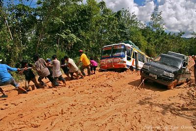 Cesta v Putussibau, Kalimantan, Indonezija (2007) - Blato do kolen, luknje za avtobuse pokopat. Če ga ne izvlečemo sami, bo potrebno čakati na nekoga iz nasprotne smeri, da nas izvleče iz luknje. In to je bila šele prva luknja na zelo zelo dolgi poti.