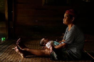 Okoli Putussibaua, Kalimantan, Indonezija (2007) - Dojenčico so poimenovali po Dominiki. Prej ji je bilo ime Ista, ob najinem obisku so dodali še Dominika. Ista Dominika z babico. Začetek nove poti.