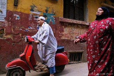Kairo, Egipt (2011) - Nepomembnost sveže kupljenega kruha. Bo stopil nanj ali ne bo?